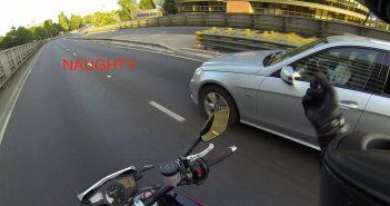 Hoe een automobilist zijn telefoon te laten vallen