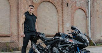 Rico Verhoeven poseert met zijn nieuwe Suzuki GSXR1000R
